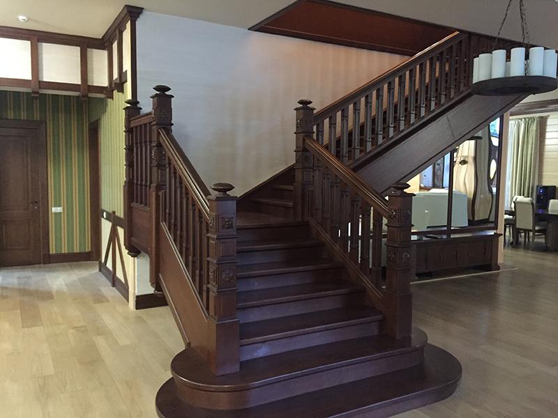 Лестница из натурального дерева ручной работы фото
