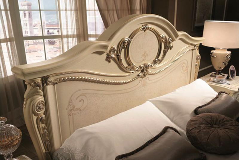 Кровать в спальню из дерева