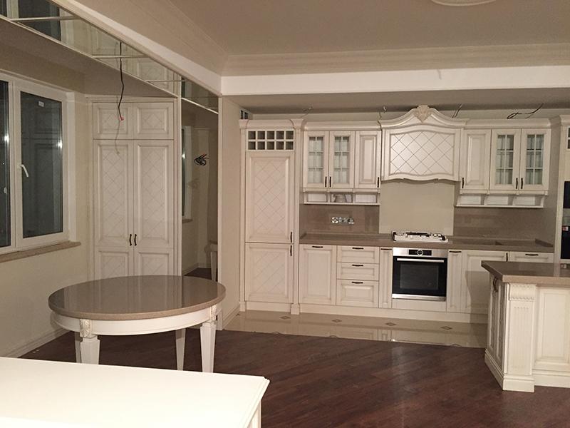 Белая кухня на заказ из массива дерева
